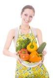 Femme au foyer avec des légumes image stock