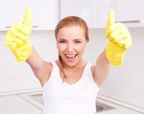 Femme au foyer avec des pouces vers le haut Image libre de droits