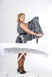 Femme au foyer avec du fer photographie stock
