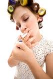 Femme au foyer avec la cigarette photographie stock