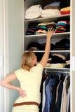Femme au foyer avec la garde-robe photos stock