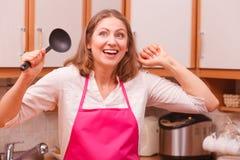Femme au foyer avec la poche dans la cuisine photo libre de droits