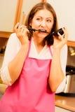 Femme au foyer avec la poche dans la cuisine Photographie stock libre de droits