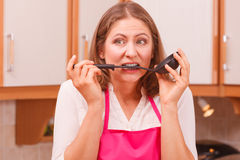 Femme au foyer avec la poche dans la cuisine Photos libres de droits