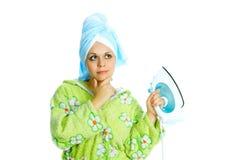 Femme au foyer avec le flatiron Images stock
