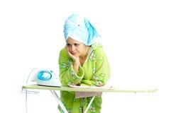 Femme au foyer avec le flatiron Image stock