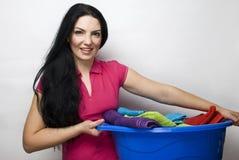 Femme au foyer avec le panier de la blanchisserie propre images libres de droits