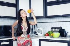 Femme au foyer avec le poivre Images stock
