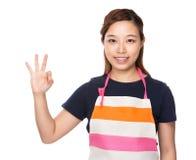Femme au foyer avec le signe correct photographie stock