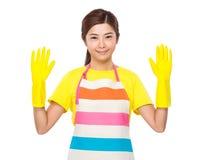 Femme au foyer avec les gants en plastique Photographie stock libre de droits