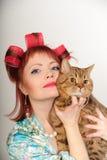 Femme au foyer avec un chat Photos libres de droits