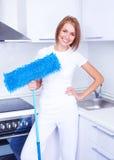 Femme au foyer avec une lavette Photographie stock