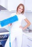 Femme au foyer avec une lavette photo libre de droits