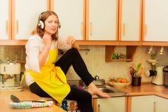 Femme au foyer chanteuse à la maison Photo libre de droits