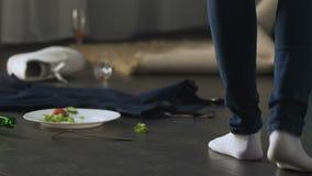 Femme au foyer choquée avec des pulvérisateurs de nettoyage et balai venant dans la chambre de désordre après partie banque de vidéos