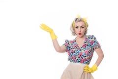 Femme au foyer d'années '50 indiquant 'l'offre spéciale', concept humoristique, Images libres de droits