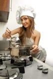 Femme au foyer dans la chambre de cuisine Image libre de droits