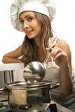 Femme au foyer dans la chambre de cuisine Photos libres de droits