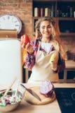 Femme au foyer dans le tablier tenant le poivre frais dans des mains photo stock