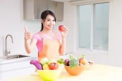 Femme au foyer de beauté dans la cuisine image stock