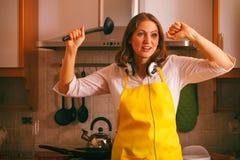 Femme au foyer de danse dans la cuisine Photo libre de droits