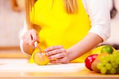 Femme au foyer de femme en fruits de pomme de coupe de cuisine Images libres de droits