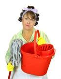 Femme au foyer de lavette et de position image stock