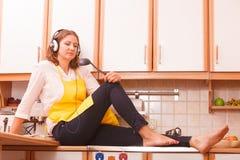 Femme au foyer de pensée à la maison photo libre de droits