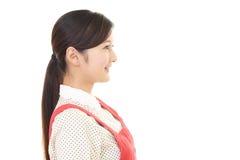 Femme au foyer de sourire Image stock