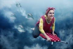Femme au foyer de sourire avec la planche à repasser images libres de droits