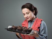 Femme au foyer de vintage avec les petits pains faits à la maison photos libres de droits