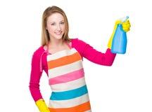 Femme au foyer employant le jet de bouteille Photographie stock libre de droits