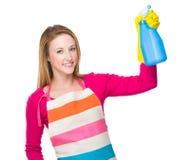 Femme au foyer employant le jet de bouteille Image libre de droits