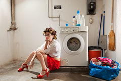 Femme au foyer ennuyée dans la blanchisserie image stock