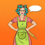 Femme au foyer fâchée Pop Art Woman Holding Rolling Pin Images stock