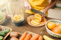 Femme au foyer faisant cuire le jus d'orange, aliment biologique image libre de droits