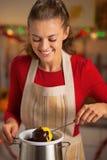 Femme au foyer faisant la pomme dans le lustre de chocolat Image libre de droits