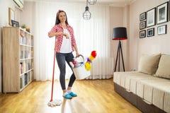 Femme au foyer faisant les corv?es ? la maison photographie stock libre de droits