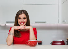 Femme au foyer fascinante à sa cuisine Photo libre de droits
