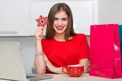 Femme au foyer fascinante faisant des emplettes en ligne Photos libres de droits