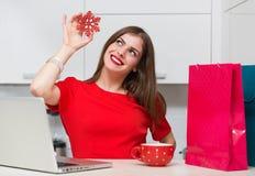 Femme au foyer fascinante faisant des emplettes en ligne Photographie stock