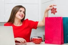 Femme au foyer fascinante faisant des emplettes en ligne Photos stock