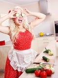 Femme au foyer folle dans la cuisine Image libre de droits