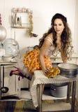 Femme au foyer folle de vraie femme sur la cuisine, mangeant Photos stock