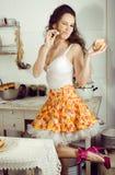 Femme au foyer folle de vraie femme sur la cuisine, mangeant perfoming, fille de bizare Photos stock