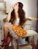 Femme au foyer folle de vraie femme sur la cuisine, mangeant perfoming, fille de bizare Photos libres de droits