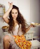 Femme au foyer folle de vraie femme sur la cuisine, mangeant perfoming, fille de bizare Photo stock