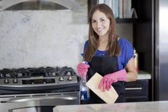 Femme au foyer heureuse nettoyant la cuisine Photo stock