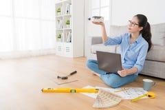 Femme au foyer heureuse regardant à la maison le modèle de simulation Image stock