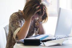 Femme au foyer inquiétée Image stock